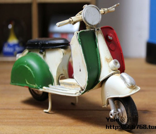 Red-Green Mini Scale Tinplate Vintage Vespa Motorcycle Model